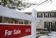 Una casa a la venta en Oakton, Virginia, 27 de marzo de 2014. Las ventas de nuevas viviendas unifamiliares de Estados Unidos bajaron en junio a su menor nivel en siete meses y las de mayo fueron revisadas a la baja, en lo que pareció ser un revés menor para la recuperación del mercado de las casas. REUTERS/Larry Downing
