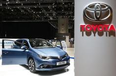Toyota a vu ses ventes mondiales reculer de 1,5%, à 5,02 millions de véhicules sur les six premiers mois de l'année calendaire 2015, sous le coup d'un ralentissement dans les marchés émergents et d'une augmentation de la fiscalité sur les mini-véhicules au Japon. /Photo prise le 2 mars 2015/REUTERS/Arnd Wiegmann