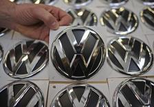 Эмблемы VW на заводе в Вольфсбурге. 7 марта 2012 года. Volkswagen отобрал у Toyota звание крупнейшего мирового автопроизводителя по итогам первого полугодия, осуществив свою давнюю мечту на три года раньше плана. REUTERS/Fabian Bimmer