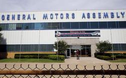 Завод General Motors в Арлингтоне, Техас, 9 июня 2015 года. Американский автоконцерн General Motors Co в ближайшие несколько лет планирует инвестировать $5 миллиардов в разработку нового семейства автомобилей Chevrolet, предназначенных для быстроразвивающихся рынков, сообщил автопроизводитель во вторник. REUTERS/Mike Stone