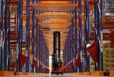 Sainsbury's s'est hissé au deuxième rang du secteur britannique de la distribution devant Asda, la filiale de Wal-Mart. /Photo d'archives/REUTERS/Luke MacGregor