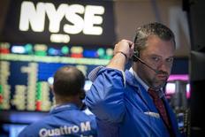 Unos operadores trabajando en la bolsa de Wall Street en Nueva York, Jul 28, 2015. Las acciones cerraron con ganancias el martes en la bolsa de Nueva York, cortando una racha de cinco caídas consecutivas, porque el mercado se desinteresó del derrumbe de la bolsa china y volcó su atención en las utilidades corporativas y en especulaciones sobre un alza de tasas de interés en diciembre. REUTERS/Brendan McDermid