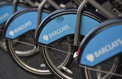 Логотип Barclays на велосипедах в Лондоне 30 октября 2014 года. Barclays выделил еще 850 миллионов фунтов ($1,3 миллиарда), чтобы выплатить компенсации британским клиентам, поскольку его новый руководитель планирует ускорить продажу активов и сокращение расходов. REUTERS/Toby Melville