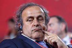 Presidente da Uefa, Michel Platini, aguarda início do sorteio das eliminatórias para Copa do Mundo de 2018 em São Petersburgo, na Rússia. 25/07/2015 REUTERS/Maxim Shemetov