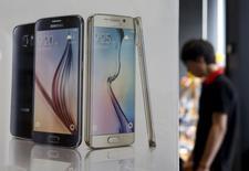 Un hombre pasa cerca de una publicidad del teléfono Galaxy S6 de Samsung en una tienda de Seúl. 7 de julio de 2015. Samsung Electronics Co Ltd ofreció previsiones cautas para el tercer trimestre, tras una caída de las ganancias en el período de abril a junio por una escasez de oferta de su modelo más importante de teléfono móvil, lo que destaca las dificultades a las que se enfrente el gigante de la electrónica.  REUTERS/Kim Hong-Ji