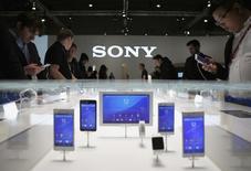 Sony annonce un bénéfice sur le trimestre avril-juin en hausse de 39% et supérieur aux attentes des analystes, porté par des ventes solides de ses capteurs pour appareils photo et de ses jeux vidéo pour la PlayStation 4. /Photo d'archives/REUTERS/Albert Gea