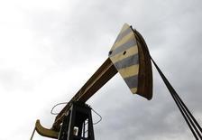 Станок-качалка Роснефти в Краснодарском крае. 21 декабря 2014 года. Крупнейшая в РФ нефтекомпания Роснефть и американская ExxonMobil подали совместные заявки на участие в пятом лицензионном раунде на разработку нефтегазовых месторождений в Мозамбике, сообщила Роснефть в четверг. REUTERS/Eduard Korniyenko