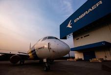 Un avión E-175 de la brasieña Embraer, en la fábrica de la empresa, en Sao Jose dos Campos, 16 de octubre de 2014. El fabricante brasileño de aviones Embraer redujo el jueves sus estimaciones de ingresos en el 2015, ante un retraso en los contratos militares y la ampliación de plazos para su programa de aviones cisterna en momentos en que un programa de austeridad del gobierno ha reducido los gastos en defensa. REUTERS/Roosevelt Cassio