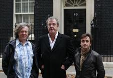 Jeremy Clarkson (centro),  James May (esquerda) e Richard Hammond, em Londres.  29/11/2011  REUTERS/Suzanne Plunkett