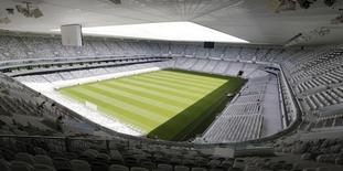 """Le nouveau stade de Bordeaux, construit par Vinci. Le groupe de BTP et de concessions a relevé son objectif de bénéfice net 2015 après un premier semestre marqué par un début de redressement de ses prises de commandes dans la construction et l'énergie. Il vise désormais un résultat net, part du groupe, """"légèrement supérieur"""" à celui de 2014 hors éléments non courants, alors qu'il tablait jusqu'ici sur un résultat net de même niveau. /Photo prise le 5 mai 2015/REUTERS/Régis Duvignau"""