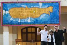 De izquierda a derecha en la imagen: The Edge, Yoko Ono y Bono durante la presentación de un tapiz en honor a John Lennon en Nueva York, jul 29 2015. Casi 40 años después de obtener su permiso de residencia, John Lennon fue honrado en Nueva York con un tapiz que muestra a Manhattan como un submarino amarillo y con el fallecido integrante de The Beatles al timón haciendo la señal de la paz. REUTERS/Eduardo Munoz