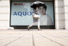 Sharp a annoncé vendredi qu'il quittait le marché des téléviseurs aux Etats-Unis, le groupe d'électronique japonais voulant  renforcer son bilan après avoir accusé au premier trimestre 2015-2016 une perte plus importante que prévu en raison de la faiblesse des ventes d'écrans pour smartphones. /Photo prise le 31 juillet 2015/REUTERS/Yuya Shino