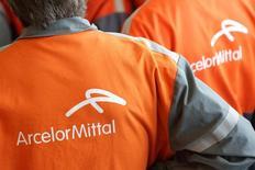 ArcelorMittal, el mayor productor mundial de acero, mantuvo su pronóstico de ganancias para el 2015, a pesar de que redujo su pronóstico para el consumo mundial de acero este año. En la imagen, trabajadors de ArcelorMittal en una fábrica de Florange, 26 septiembre de 2013. REUTERS/Philippe Wojazer/Files