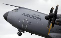 Военно-транспортный самолет Airbus A400M участвует в авиашоу Royal International Air Tattoo на британской базе RAF Fairford. 17 июля 2015 года. Airbus Group увеличила скорректированную операционную прибыль и выручку на 6 процентов за первое полугодие и подтвердила в пятницу прогноз финансовых результатов в этом году. REUTERS/Peter Nicholls