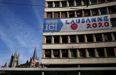 A banner support the city of Lausanne's bid for the 2020 Youth Olympic Winter Games is pictured in front of the Cathedral in Lausanne, Switzerland, July 31, 2015.  REUTERS/Denis Balibouse