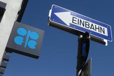 El logo de la OPEP, en la sede del organismo en Viena, Austria, 5 de junio de 2015. Los precios del petróleo caían el viernes en momentos en que las preocupaciones sobre un exceso global de suministros se intensificaron luego de que la OPEP indicara que no habría recortes a la producción de crudo pese a un enorme sobreabastecimiento mundial. REUTERS/Heinz-Peter Bader