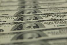 Долларовые банкноты в отделении банка OTP в Будапеште. 23 ноября 2011 года. Доллар снижается в пятницу, так как отсутствие новых катализаторов заставляет трейдеров фиксировать прибыль после того, как заявление ФРС США подстегнуло рост валюты в среду. REUTERS/Laszlo Balogh