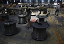 """Un trabajador en la planta de TIM en Huamantla, México, oct 11 2013. La agencia Fitch informó el viernes que mantuvo la calificación crediticia para los títulos de deuda externa de México a largo plazo en """"BBB+"""" y para los papeles en moneda local en """"A-"""", asimismo reafirmó el panorama estable para los compromisos del país.  REUTERS/Tomas Bravo"""