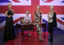 Atriz britânica Helen Mirren posa com com três estátuas de cera dela no Madame Tussauds, em Londres. 30/07/2015 REUTERS/Peter Nicholls