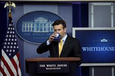 White House Press Secretary Josh Earnest pauses as he speaks during a press briefing at the White House in Washington July 30, 2015. REUTERS/Carlos Barria