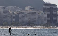 A man paddles on a stand up board on Copacabana beach in Rio de Janeiro, Brazil, July 30, 2015. REUTERS/Sergio Moraes