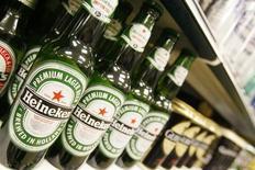 Heineken, le troisième brasseur mondial, a publié des résultats semestriels supérieurs aux attentes des analystes, grâce à une croissance dans toutes ses régions à l'exception de l'Afrique. Le groupe néerlandais a fait état d'un bénéfice d'exploitation consolidé, hors éléments exceptionnels, de 1,55 milliard d'euros, en hausse de 3,4% à périmètre comparable. Dix analystes interrogés par Reuters prévoyaient en moyenne un résultat à 1,53 milliard d'euros. /Photo d'archives/REUTERS/Toby Melville
