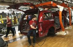 Fiat Chrysler assembly workers work on partially assembled minivans at the Windsor Assembly Plant in Windsor, Ontario, February 9, 2015.   REUTERS/Rebecca Cook