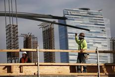 Hombres trabajan en la construcción de un complejo de apartamentos de lujo, en el centro de Los Angeles, California, 17 de marzo de 2015. El gasto en construcción de Estados Unidos apenas subió en junio, aunque la tendencia subyacente sugirió que la economía continuó en terreno sólido. REUTERS/Lucy Nicholson