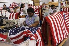 Usine de confection de drapeaux américains à Lane, en Caroline du Sud. La croissance du secteur manufacturier aux Etats-Unis s'est légèrement accélérée en juillet, selon l'enquête mensuelle auprès des directeurs d'achat publiée par l'institut Markit. /Photo prise le 23 juin 2015/REUTERS/Brian Snyder