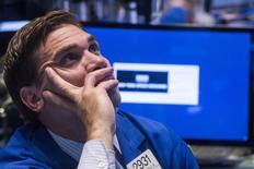 Un operador trabajando en la Bolsa de Nueva York, 8 de julio de 2015. Las acciones cotizaban a la baja el lunes en la Bolsa de Nueva York, en el primer día de operaciones de agosto, coincidiendo con el mínimo en seis meses que tocaron los precios del petróleo y datos que mostraron que la economía estadounidense perdió algo de impulso a fines del segundo trimestre. REUTERS/Lucas Jackson