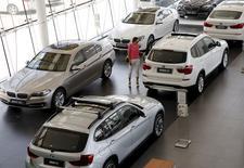 Concessoin BMW à Pékin. BMW a annoncé mardi que ses prévisions annuelles pourraient être menacées en cas de dégradation supplémentaire des conditions sur le marché chinois, où ses ventes ont commencé à ralentir après une décennie de croissance. /Photo prie le 13 juillet 2015/REUTERS/Kim Kyung-Hoon