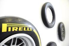 L'italien Pirelli, numéro cinq mondial des pneumatiques, a fait état jeudi d'un bénéfice d'exploitation en hausse de 4,8% au premier semestre, ce qui est légèrement mieux que prévu, grâce notamment aux ventes soutenues de ses produits haut de gamme. /Photo prise le 26 mars 2015/REUTERS/Giorgio Perottino