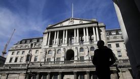 Un peatón mira el edificio del Banco de Inglaterra, en Londres, 5 de marzo de 2015. Uno de los principales responsables del Banco de Inglaterra (BoE) votó a favor de comenzar a elevar los tipos de interés, aunque el resto de sus colegas no mostraron prisa en hacerlo y prevén un leve repunte de la inflación que se mantiene en cero. REUTERS/Suzanne Plunkett