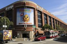 Zynga est une des valeurs à suivre à Wall Street vendredi. Le concepteur du jeu vidéo Farmville a réduit sa perte au deuxième trimestre et réalisé un chiffre d'affaires en hausse de 30,5% à 199,9 millions de dollars, mais les données sur sa communauté de joueurs sont ressorties en deçà des attentes des analystes. Le titre cède 5,3% à 2,58 dollars dans les échanges d'avant-Bourse. /Photo d'archives/REUTERS/Robert Galbraith