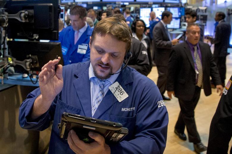 Traders work on the floor of the New York Stock Exchange July 28, 2015. REUTERS/Brendan McDermid