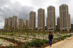 Immeubles résidentiels à Chenggon, province du Yunnan. L'économie chinoise pourrait être confrontée à des difficultés au cours des prochains mois du fait de l'impact des réformes entreprises, prévient la banque centrale de Chine. /Photo prise le 5 août 2015/REUTERS/Wong Campion