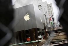 Las autoridades europeas antimonopolio no pudieron encontrar evidencias de que los acuerdos de Apple Inc con las discográficas y servicios online de música en streaming estén bloqueando el acceso de competidores a su plataforma de música en streaming, informó Re/code citando fuentes. En la imagen, una tienda de Apple en San Francisco, California, el 25 de julio de 2015. REUTERS/Robert Galbraith