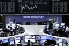 Operadores en sus puestos de trabajo en la bolsa alemana de comercio en Fráncfort, ago 6 2015. Los mercados bursátiles de la zona euro cerraron en alza el lunes, gracias a que una subida en algunos papeles financieros contrarrestó el impacto del retroceso de algunos nombres del sector materias primas. REUTERS/Staff/remote