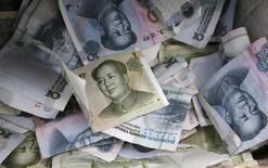 Банкноты валюты юань в Пекине 10 апреля 2013 года. Китайский ЦБ во вторник девальвировал юань после порции неутешительной статистики, опустив национальную валюту до низшей за почти три года отметки и назвав это реформаторским шагом в направлении свободного рынка. REUTERS/Kim Kyung-Hoon