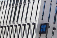 El logo de la OPEP en su sede en Viena, 10 de junio de 2014. La OPEP elevó el martes su pronóstico de suministro de crudo de países fuera del cártel en 2015, en una señal de que la baja de los precios está demorando más de lo previsto en impactar a la producción de esquisto y de otras fuentes rivales. REUTERS/Heinz-Peter Bader