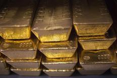 24-каратные слитки золота в хранилище золота в Вест-Пойнте. 5 июня 2013 года. Цены на золото растут на фоне ослабления доллара и спада на европейских фондовых рынках после девальвации юаня. REUTERS/Shannon Stapleton