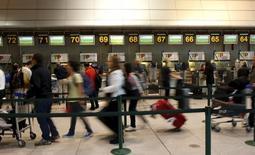 Lagardère a annoncé l'acquisition du groupe Paradies, exploitant de boutiques d'aéroports en Amérique du Nord, pour donner naissance à un nouvel ensemble au chiffre d'affaires proche de 800 millions de dollars (730 millions d'euros). /Photo d'archives/REUTERS/Hugo Correia
