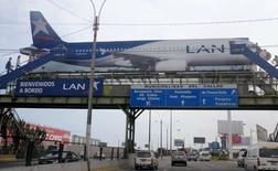 Un cartel muestra un avión de la aerolínea LAN, miembro de LATAM Airlines Group, cerca del aeropuerto Jorge Chávez en Callao, Perú, 10 de agosto de 2015.  LATAM, el mayor grupo de transporte aéreo de América Latina, reportó el martes un alza interanual del 6,7 por ciento en su tráfico de pasajeros en julio, impulsado por sus operaciones en países de habla hispana y el mercado de Brasil. REUTERS/Mariana Bazo