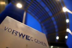 Le bénéfice d'exploitation de RWE au premier semestre est inférieur aux attentes, sous l'effet combiné de la faiblesse des prix de gros de l'électricité, d'une forte exposition aux énergies conventionnelles et de problèmes dans sa branche britannique. Le numéro deux allemand des services aux collectivités a vu son résultat opérationnel chuter de 11% à 2,03 milliards d'euros.  /Photo prise le 22 avril 2015/REUTERS/Ina Fassbender