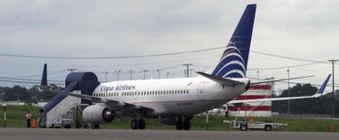 Un avión de la aerolínea Copa Airlines, en la pista de aterrizaje del Aeropuerto Internacional de Tocumen, en Panamá, 25 de septiembre de 2007.  Las acciones de la aerolínea latinoamericana Copa Holdings caían con fuerza el jueves en Nueva York, luego de que en la víspera reportó una baja de sus resultados del segundo trimestre. REUTERS/Alberto Lowe