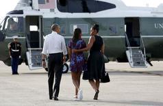 Presidente norte-americano, Barack Obama, sua filha, Sasha, e sua mulher, a primeira-dama Michelle Obama, embarcam no Marino One com destino a Martha's Vineyard. 07/08/2015 REUTERS/Kevin Lamarque