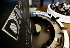 """Les principales Bourses européennes étaient stables en ouverture vendredi, avec un biais légèrement haussier, les intervenants redoutant moins à présent une """"guerre des monnaies"""" à la suite de la stabilisation du yuan voulue par la banque centrale chinoise. Dans les premiers échanges, l'indice CAC 40 prenait 0,07%, le Dax gagnait 0,12% et le FTSE avançait de 0,05%.  /Photo d'archives/REUTERS/Kai Pfaffenbach"""