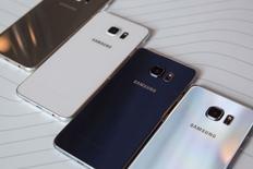 Смартфоны Samsung Galaxy S6 Edge+ на презентации в Нью-Йорке. 13 августа 2015 года. Samsung Electronics Co Ltd провела в четверг презентацию нового фаблета Galaxy Note и увеличенной версии смартфона S6 edge с закругленными краями, с помощью которых южнокорейская компания рассчитывает поддержать продажи своих мобильных устройств. REUTERS/Andrew Kelly