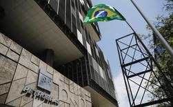 Una bandera brasileña junto a la sede de Petrobras, en Río de Janeiro, 4 de marzo de 2015. El comité directivo de la compañía estatal Petroleo Brasileiro SA aprobó la venta de al menos el 25 por ciento de su unidad de combustible BR Distribuidora, según las minutas de un encuentro publicadas la noche del lunes. REUTERS/Sergio Moraes