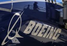 Boeing au rang des valeurs à suivre à la Bourse de New York. L'avionneur a annoncé lundi que le premier vol de la version intégralement équipée de son nouvel avion ravitailleur militaire serait reporté d'environ un mois, des produits chimiques inadaptés ayant récemment été injectés dans le système d'alimentation en carburant de l'appareil. /Photo d'archives/REUTERS/Lucy Nicholson